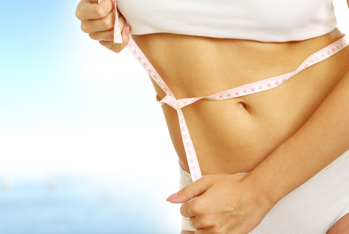 mujer midiendose la cintura